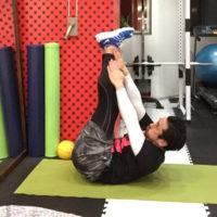 お腹周りのダイエットトレーニング「レッグレイズクランチ」のやり方3