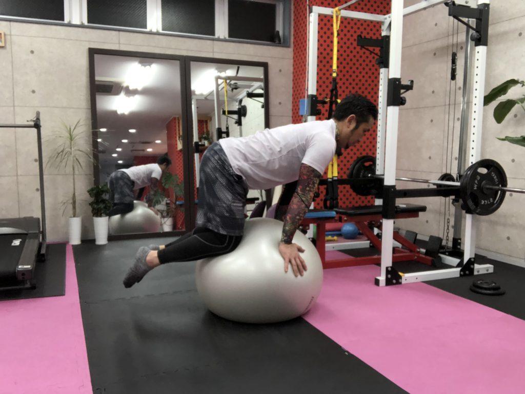 バランスボールで体幹トレーニング